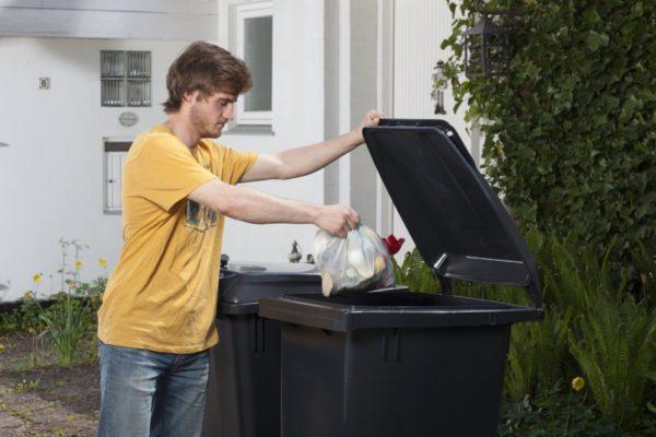 Undgå maddiker i skraldespanden